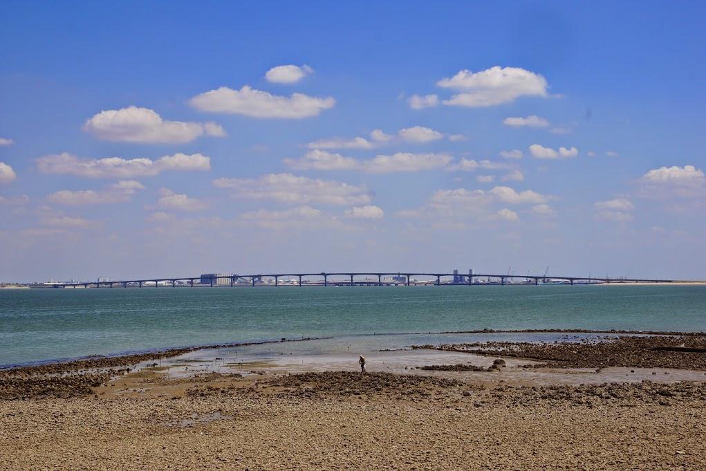 à l'horizon, le pont...