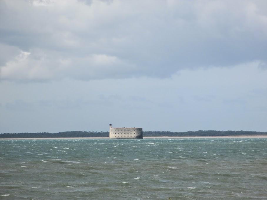 au loin, le fort Boyard...